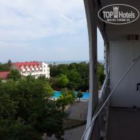Санаторно-курортный комплекс Family Resort Номер 501 - пятый этаж, ближе к лифту, окна в сад, боковой вид на бассейн и море. Сеток на окнах нет. - Фото отеля