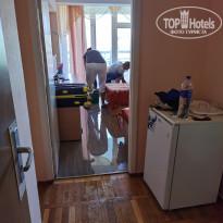 Мисхор Наш номер при заселении, который затопило благодаря сотрудникам отеля. Сотрудники отеля убирают воду - Фото отеля